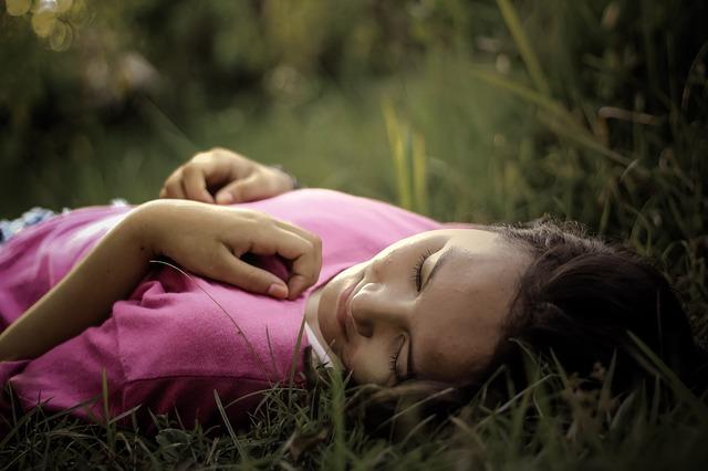 žena, růžové triko, tráva