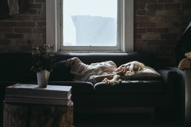 gauč pod oknem